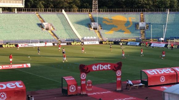 Отборите на ЦСКА 1948 и Поморие загряват преди мача
