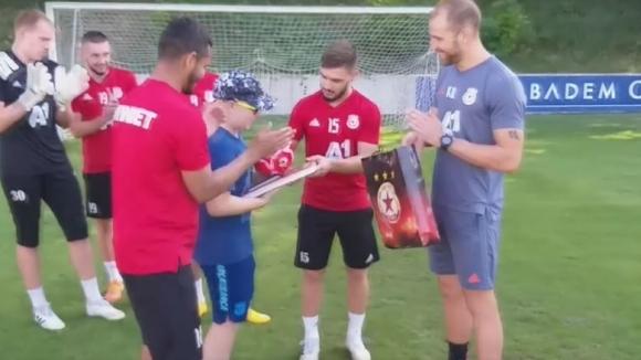 Страхотен жест на червените футболисти