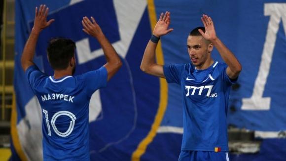 Левски поведе с 1:0 след страхотно неразбирателство в отбраната на Черно море