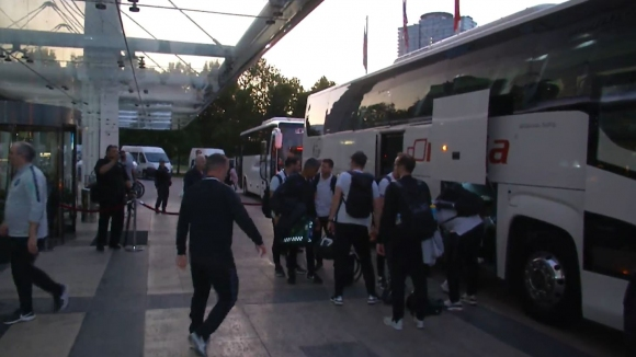 Английските футболисти не спряха за автографи при българските фенове