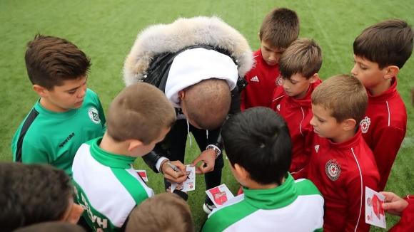 Десподов поигра с деца и раздаде топки на футболни школи