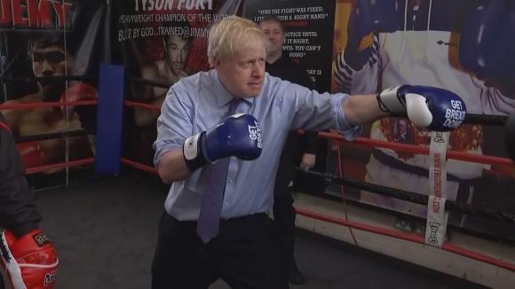 Премиерът на Великобритания показва спортни умения преди изборите