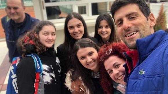Джокович играе тенис с деца на улицата и се забавлява в Белград