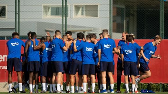 Футболистите на Барселона намаляват със 70% заплатите си