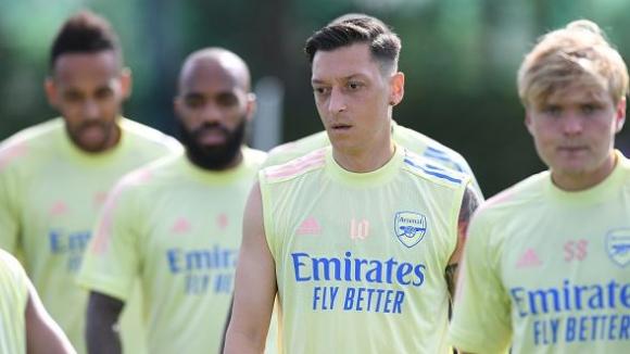 Йозил не смята да си тръгва от Арсенал