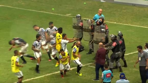 Футболисти се бият с полицаи на терена в Бразилия