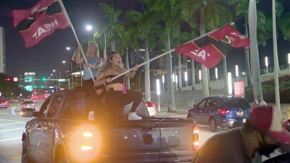Феновете на Маями празнуват с фойерверки и тигани