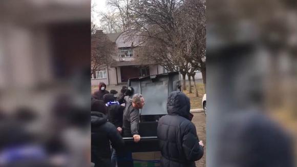 Фенове вкараха директор в кофа за боклук