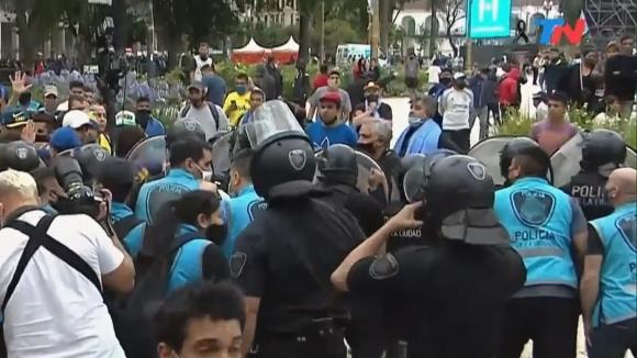 Напрежение между фенове и полиция в Буенос Айрес
