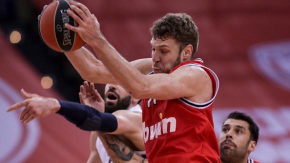 Силен мач за Везенков, Олимпиакос победи най-после